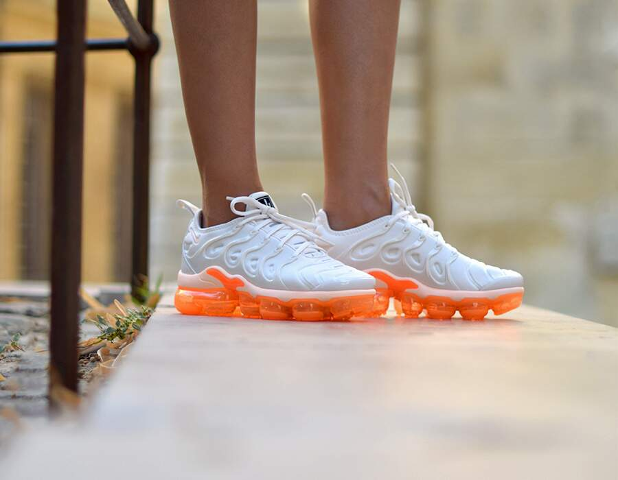 Air VaporMax Plus Phantom / Crimson Tint / Total Orange Feminino