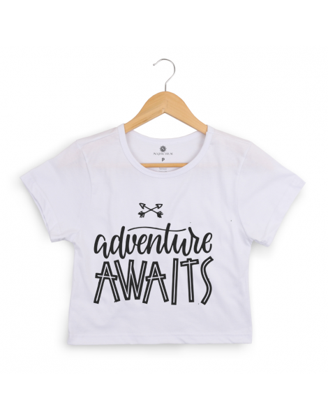 Blusa Cropped Morena Deluxe Adventure Awaits Branco